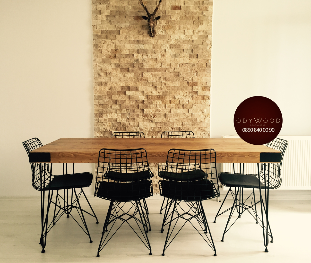 Revolution Serie Natural Wood Dining Table'in resmi