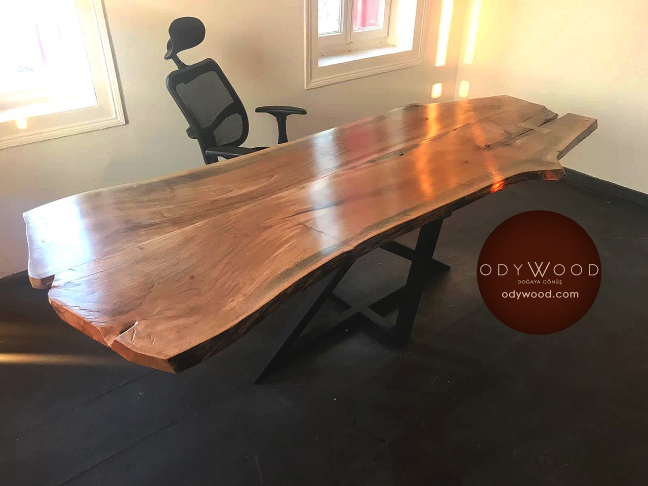 Live Edge Walnut Table - Pentagram Leg'in resmi
