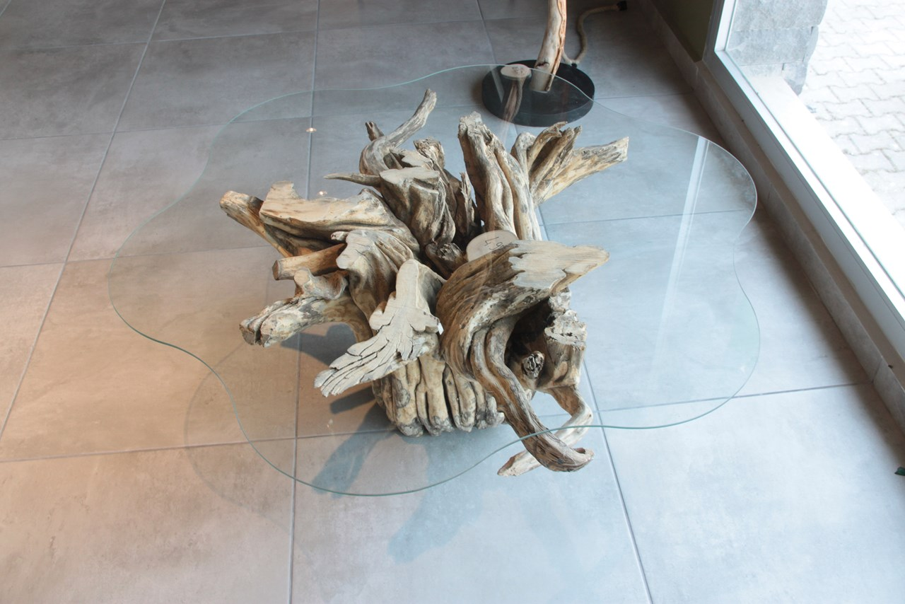 Glass Coffee Table with Mandarin Tree Root Base'in resmi