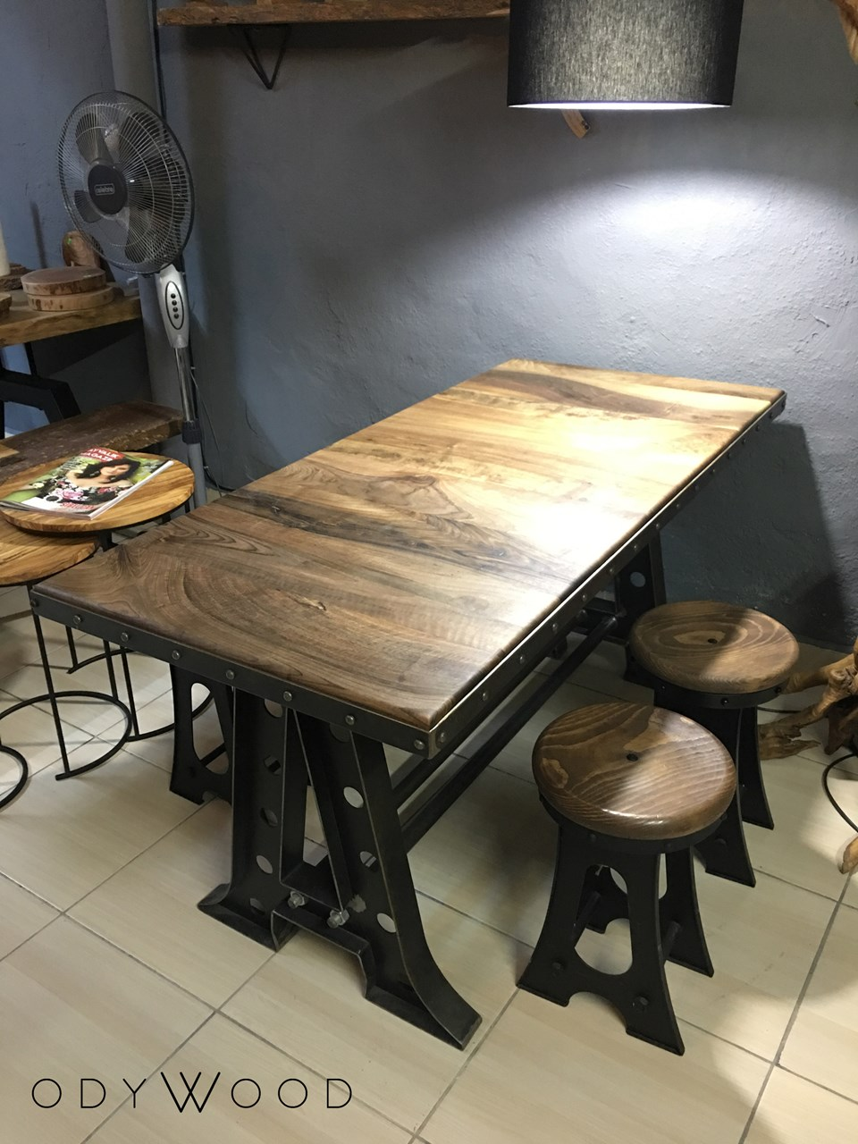 ROCK! Walnut Industrial Dining Table'in resmi