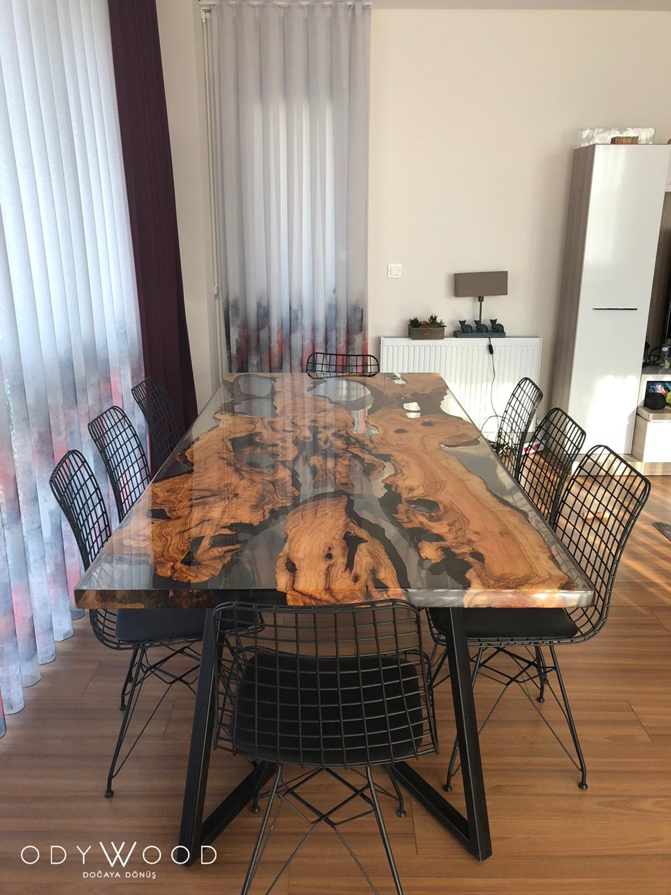 Live Edge Olive Slab Dining Table With Transparent Epoxy'in resmi