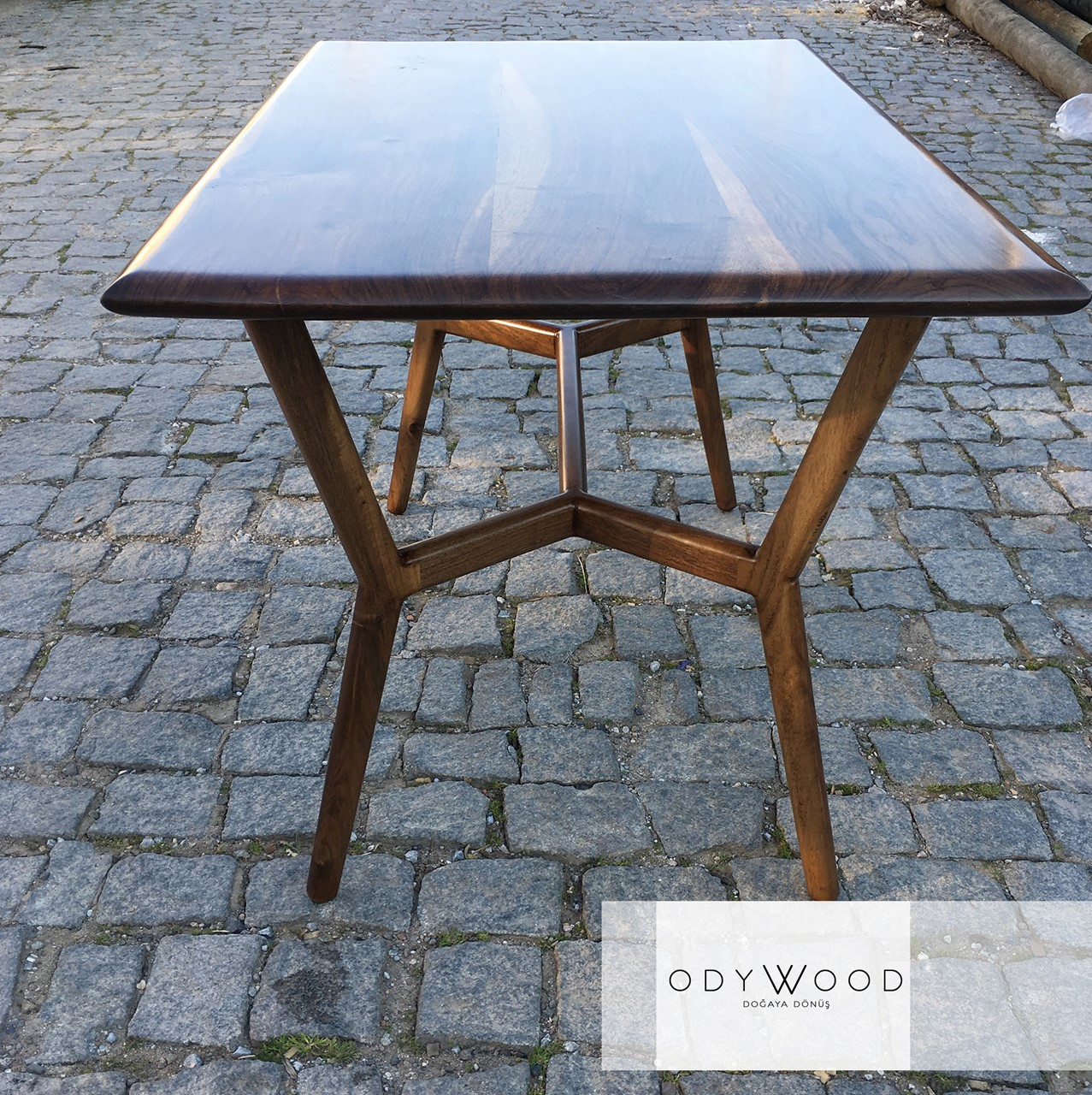 Dron Walnut Dining Table with Wood Leg'in resmi