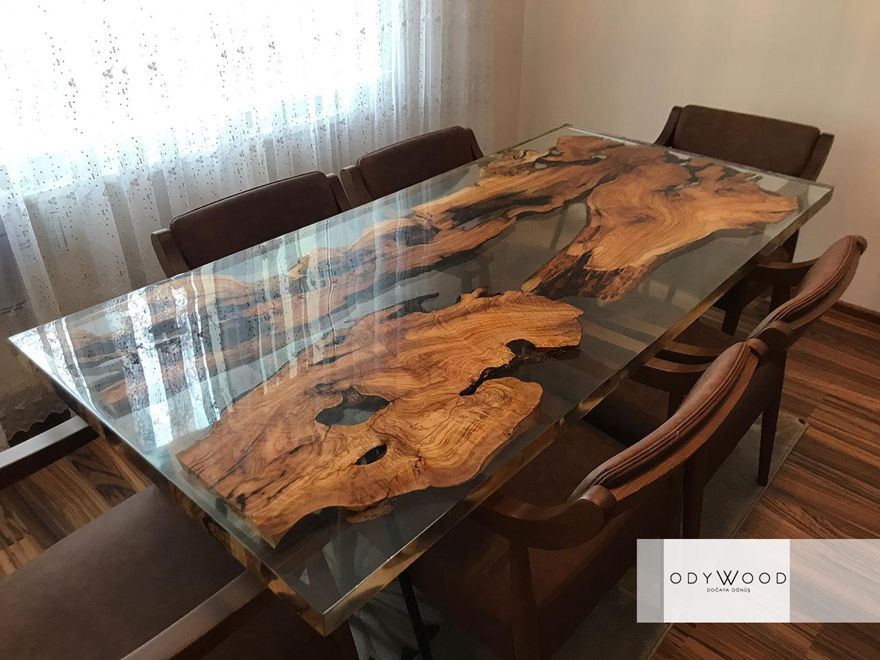 Epoxy Resin Olive Wood Dining Table'in resmi