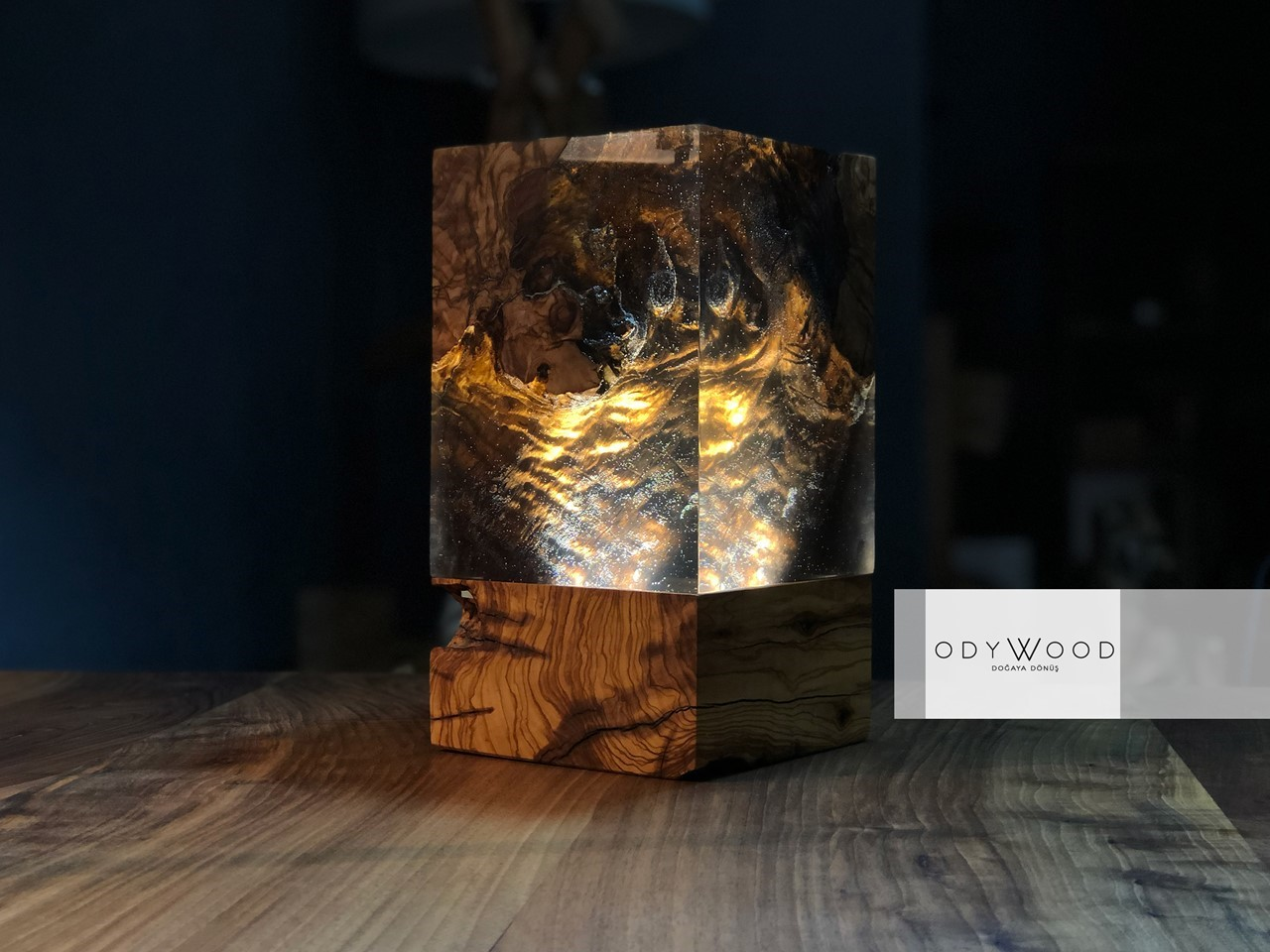 Aden Cube Epoxy Resin Desk Lamp'in resmi