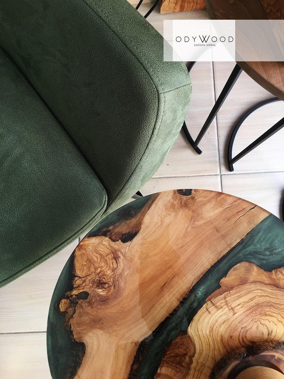 Emerald Kanyon Epoxy Side Table'in resmi