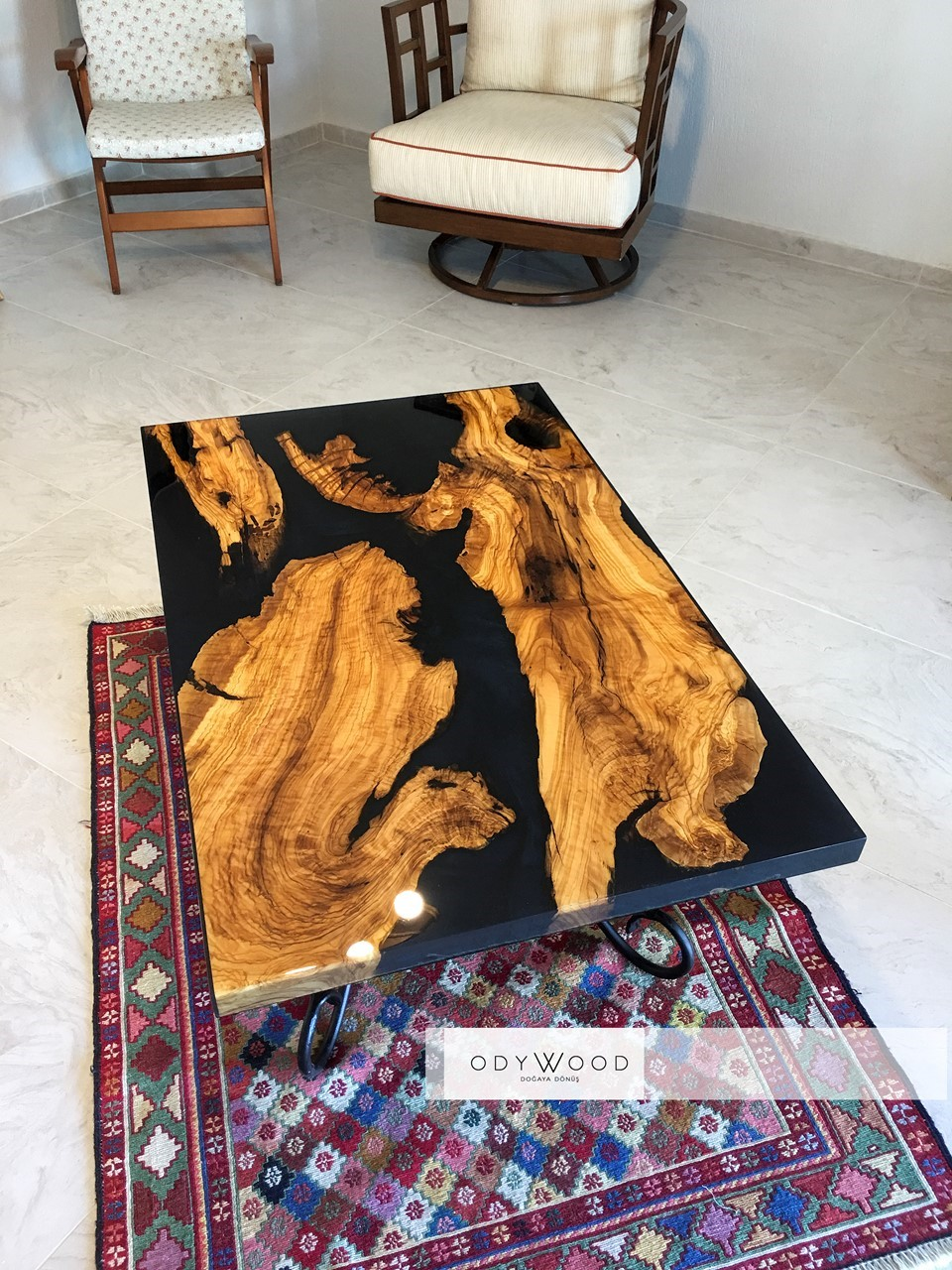 Live Edge Wood Epoxy Coffee Table - Ghost Blue'in resmi